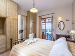 Bedroom with double bed,  air-condition, closet and access to veranda