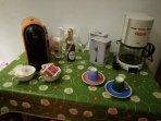 Tavolino di supporto per la prima colazione o un fugace brindisi