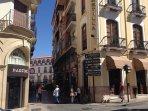 Cale peatonal con restaurantes, bares, comercios, farmacias, bancos, etc.