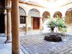 Lotf Luz de Renacimiento junto al patio de columnas de un antiguo palacio de apartamentos de lujo