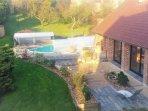 vue du jardin et piscine de l'aile ancienne