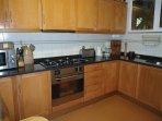 Cozinha totalmente equipada, com máq,lavar louça, máq. café, chaleira,micro ondas,forno e placa.