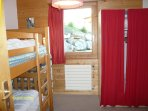 Bedroom with 1 bunk bed and 1 folding bed