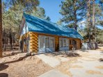 This charming, remodeled log home is amazing! Jacuzzi tub, access to nature and in a rural setting!