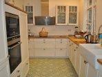Exklusive Küche ist mit allen Helfern des täglichen Bedarfs ausgestattet...