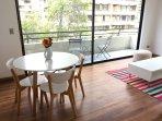 Amplio y agradable living-comedor con salida a balcón.