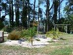 Espace jeux (terrain de boules, balançoire et trampoline)