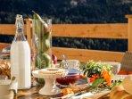Dettagli della colazione abbondante davanti allo Chalet