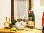 Dettaglio della sala da pranzo al piano superiore con una selezione imperdibile di Champagne