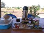 Petit déjeuner, confiture d'oranges, de pamplemousses, de bissap, de mades, miel des mangroves.