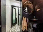 SA(2+2): bathroom with toilet