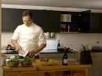 Lo Chef personale e Maggiordomo David Galantini che cucinerà per te uno dei menu a tua scelta.