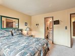 In the main level master bedroom you'll find a queen-sized bed, flat-screen cable TV, and en-suite bathroom.