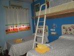 Habitación con 3 camas de 90, una de ellas elevada, con aire acondicionado