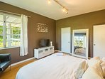 Second master suite with king size bed