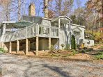This cottage provides ample indoor and outdoor amenities for 4 guests to enjoy.