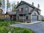 Spacious driveway and exterior of Elk Lodge