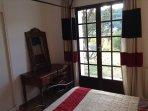 Chambre 3 côté jardin avec bureau, placard et porte fenêtre