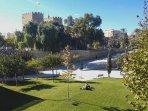 Parque del Río Turia con las Torres de Serrano al fondo, a 10 minutos a pie del apartamento.