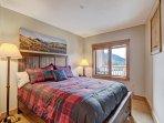 Guest Bedroom - Queen-sized bed