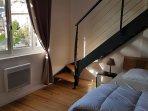 Chambre 4 avec escalier menant à la mezzanine : 1 lit 140 x 200 en mezzanine.