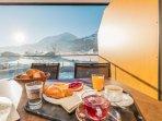 Frühstück auf der winterlichen Terrasse.