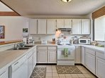 Everything you need to cook delicious meals at home can be found in the fully equipped kitchen.