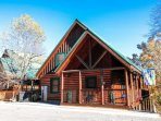 Hummingbird Lodge - Cozy Two Level Log Cabin in the Smoky Mountains.  Minutes to Pigeon Forge and Gatlinburg!