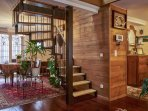 Escalier vers les chambres et espace repas. Appartement Mogador Honfleur