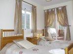 La habitación doble que es muy luminosa y tiene puertas a la gran terraza