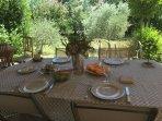 Déjeuner sous la terrasse!