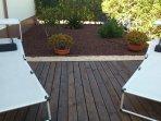 Jardin privado posterior con tumbonas