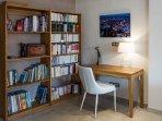 Le coin bureau-bibliothèque