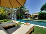Majapahit Beach Villas - Villa Nataraja - Garden sunloungers