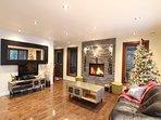 Chaleureux salon où vous prendrez goût à savourer un bon chocolat chaud devant le foyer.