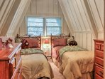 Siblings or friends will love dozing off in the 2 cozy twin beds.