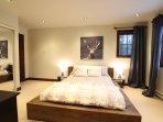 Confortable chambre munie d'un grand lit (queen) où vous apprécierez vous y endormir.