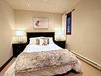 Douillette chambre munie d'un lit double où vous apprécierez vous y endormir.