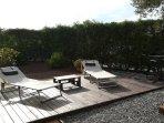 Jardin privado con tumbonas