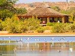 Le lounge - restaurant en bord de lagune
