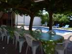 Mesa barbacoa y piscina