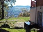 terrasse devant le gite et vue sur la montagne