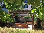 Pequeño parque infantil y zona para relajación interior en el edificio