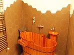 particolare della comoda vasca situata nel secondo bagno
