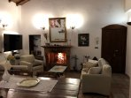 Salone Con Camino e TV Villa Loriana