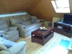 Salón con chimenea y 3 sofas, de 3+2+1 plaza.
