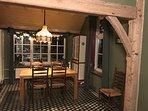 De eetkamer met originele vloer en gebinten