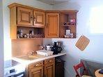 Cuisine équipé: machine à café, bouilloire, 4 plaques de vitro céramiques, four, verres, assiettes..