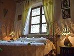 Une des deux chambres(1) avec lit double et Salle de bain individuelle