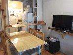 mesa y silla para 4 en la misma sala que están las camas de 1 plaza.